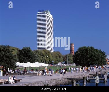 strandpromenade alter leuchtturm und maritim hotel stock. Black Bedroom Furniture Sets. Home Design Ideas