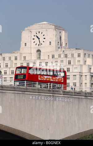 London England a red double decker bus passes over Waterloo Bridge with Shell Mex House behind - Stockfoto
