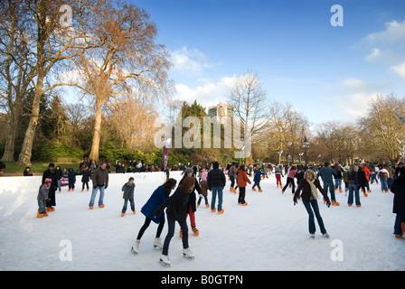Open air ice skating rink at the Winter Wonderland, Hyde Park, London, England, UK - Stockfoto