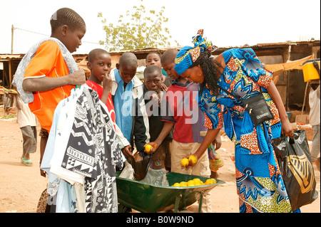 Woman shopping at a market, Garoua, Cameroon, Africa - Stockfoto