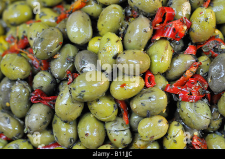 Marinated green olives with red peppers - Stockfoto