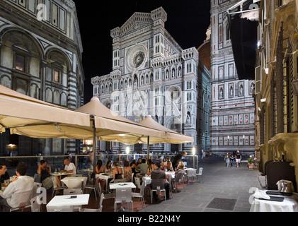 Sidewalk cafe at night in Piazza San Giovanni with Basilica di Santa Maria del Fiore, (the Duomo), Florence, Tuscany, - Stockfoto