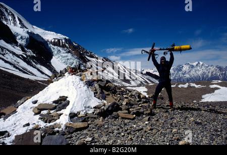 Doug Blane mountain biking around the Annapurna circuit in Himalayan Kingdom of Nepal Nepalese Himalayas thorung - Stock Photo