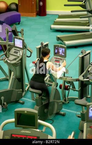 People on Spinning Cycles blurred for speed and power effects in a Generic Health Spa Gym Exercise - Stockfoto