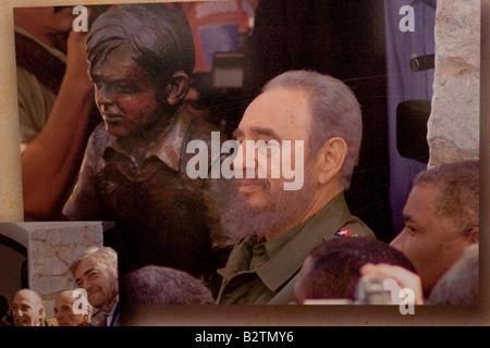 Fidel Castro posing besides a Ernesto Che Guevara boy sculpture in the facade of the Che Guevara museum in Alta - Stock Photo