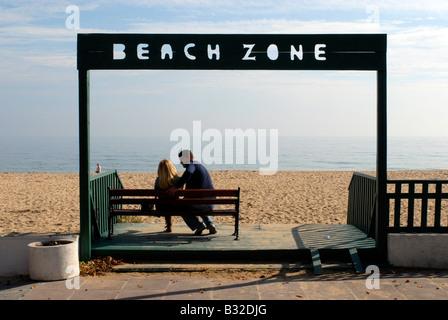 Romantic couple sitting on bench at Golden Sands, Bulgaria - Stockfoto