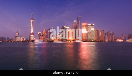 China Shanghai Financial skyline viewed over the Huanngpu river from the Bund - Stockfoto