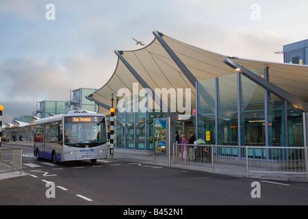 London Heathrow Airport British Airways Terminal 5 building international departures entrance and Hotel Hopper bus - Stock Photo