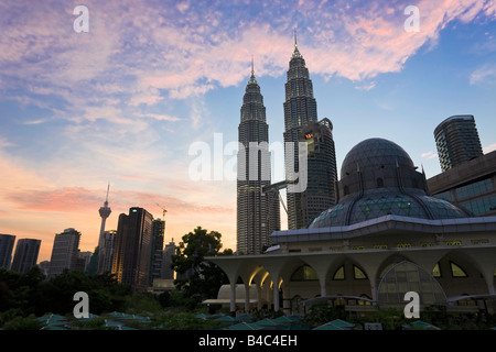 Asia, Malaysia, Selangor State, Kuala Lumpur, Mosque in the KLCC city park grounds at the base of the iconic Petronas - Stock Photo
