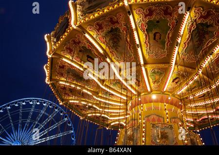 A Carousel and Ferris Wheel at Winter Wonderland, London - Stockfoto