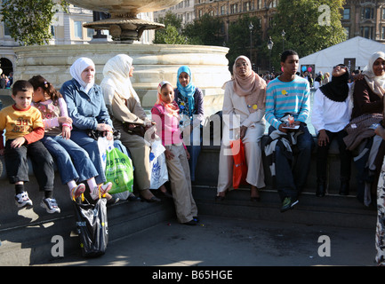 Young people at Eid Muslim festival in Trafalgar Square, London - Stockfoto