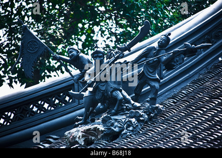 Low angle view of statues on the roof, Yu Yuan Gardens, Shanghai, China - Stockfoto