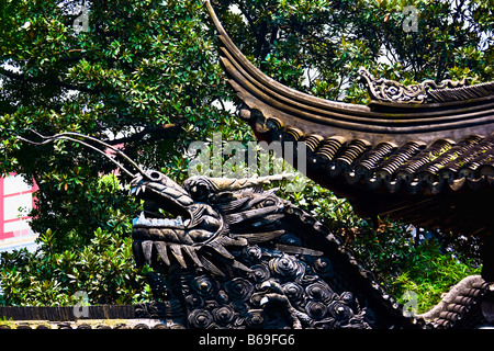 Low angle view of the statue of Chinese dragon on the roof, Yu Yuan Gardens, Shanghai, China - Stockfoto