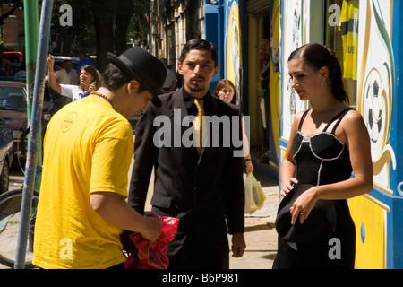Tango-Tänzer schröpfen Touristen in La Boca Buenos Aires Argentinien Südamerika - Stockfoto