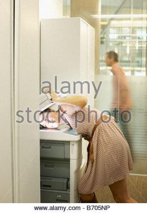 Geschäftsfrau, die ihren Kopf Fotokopieren - Stockfoto