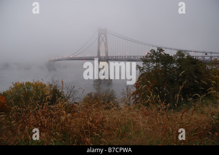 Mid-Hudson Bridge in Nebel gehüllt. - Stockfoto