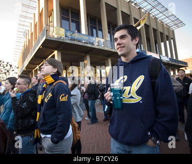 University of California at Berkeley, Cal, students watch Barack Obama's inauguration on the jumbotron in Sproul - Stock Photo