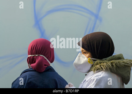 Two girls taking part in a graffiti art workshop in a primary school in Tower Hamlets, East London - Stockfoto