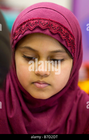 A Bangladeshi girl taking part in a graffiti art workshop in a primary school in tower Hamlets, East London. - Stockfoto