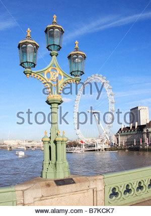 The London Eye beyond the River Thames - Stockfoto