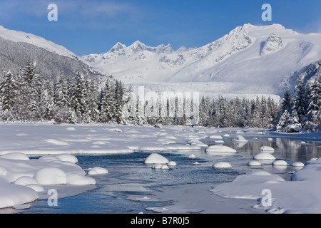 Scenic Winter view of Mendenhall River nearly frozen over with Mt. McGinnis in the background, Southeast Alaska - Stockfoto