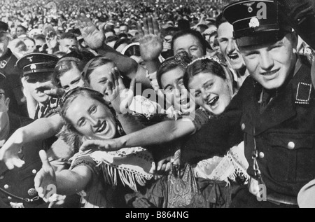 the-cheering-crowd-greeting-hitler-in-bc