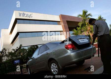 A security guard checks a car for explosives at one of the entry gates to the Infosys headquarters in Bangalore - Stockfoto
