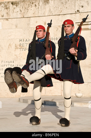 Evzones changing the guard at the tomb of the unknown soldier in Syndagma Square in the center of Athens Greece - Stockfoto