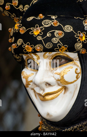 Single girl in Venetian carnival disguise - Stockfoto
