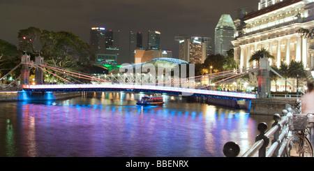 Singapur river Footbridge Cavenagh bridge Fullerton Hotel Skyline of Singapur South East Asia twilight - Stock Photo