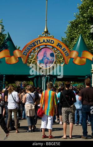 Paris france people entering into disneyland paris for Amusement parks in paris