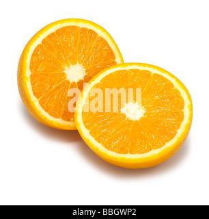 Halbe Orangen auf einem weißen Hintergrund ausschneiden - Stockfoto