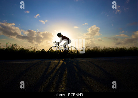A female road cyclist on the Cornwall coastal road - Stockfoto