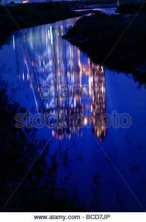 A canal reflects the Apollo 11 launchpad the night before liftoff. - Stockfoto