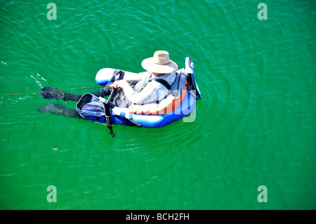 Man Wearing Fins In Swimming Pool Stockfoto Lizenzfreies Bild 48910793 Alamy
