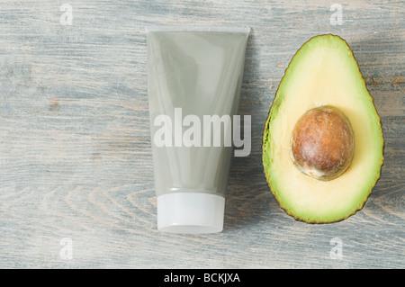 Rohr von Gesichtsmaske und avocado - Stockfoto