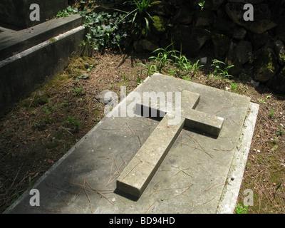 altes Kreuz Grabstein im protestantischen Friedhof in der Nähe von Piramide, Rom - Stockfoto