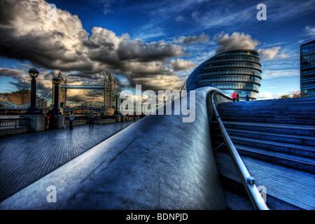 Themse am Flussufer Southbank in Southwark, London City Hall und Tower Bridge mit dramatischen blauen Wolkenhimmel - Stockfoto