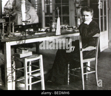 MARIE CURIE (1867-1934) Polish-born French physicist in her laboratory - Stock Photo
