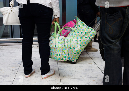 Heathrow Express lift passengers with matching baggage in Heathrow airport's terminal 5. - Stock Photo