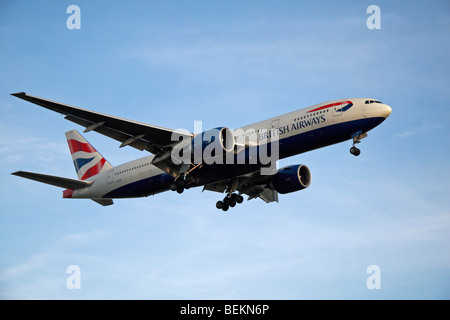 A British Airways (BA) Boeing 777-236(ER) coming in to land at London Heathrow, UK.  August 2009. (G-VIIY) - Stock Photo