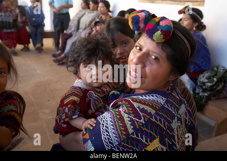 GUATEMALA Women and their children in traditional Mayan dress, Chajul, El Quiche. PHOTOGRAPH by SEAN SPRAGUE 2008 - Stockfoto