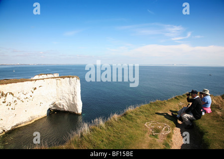 A couple birdwatching on cliffs above Old Harry Rocks on Dorset's Jurassic Coast between Swanage and Studland - Stockfoto
