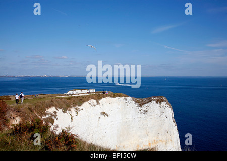 Walkers on the cliffs above Old Harry Rocks on Dorset's Jurassic Coast between Swanage and Studland - Stockfoto