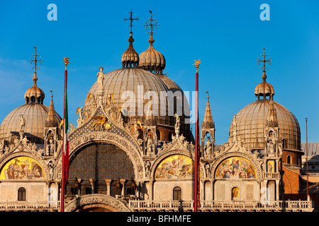 Warm glow of sunset on the detailed architecture of the Basilica San Marco in Venice, Veneto Italy - Stockfoto
