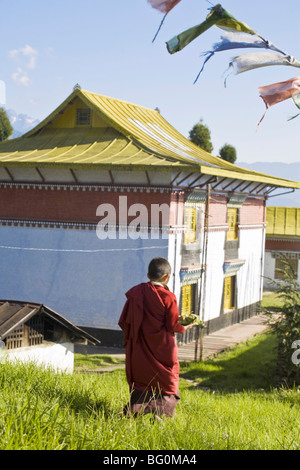 Novice monk carries offering to Sangachoeling Gompa, the second oldest Gompa in Sikkim, Pelling, Sikkim, India, - Stockfoto