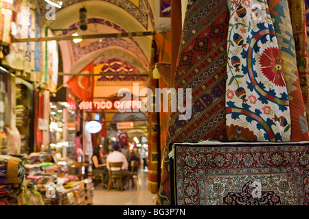 Traditional rugs with cafe in the background, Grand Bazaar, Istanbul, Turkey, Europe - Stockfoto