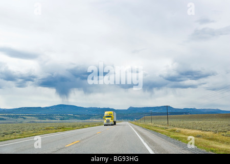 A semi truck on a lonely highway in Montana, USA. - Stockfoto