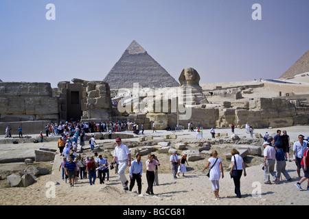 Menschenmassen Stau am Eingang auf der Website von der großen Sphinx in der Nähe der Pyramiden von Gizeh am Stadtrand - Stockfoto