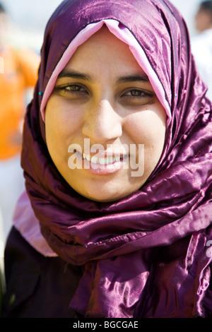 Moslem girl at the Pyramids of Giza near Cairo Egypt - Stockfoto